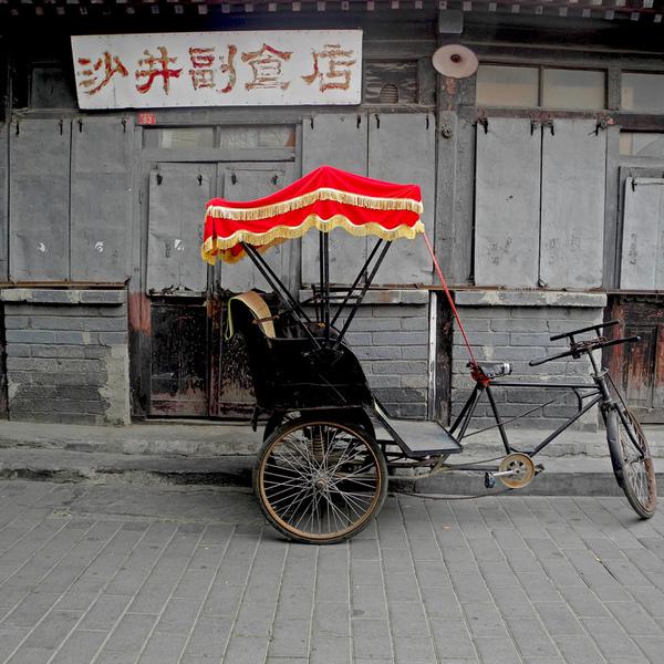 Cyclo-pousse garé dans une vieille rue de Pékin