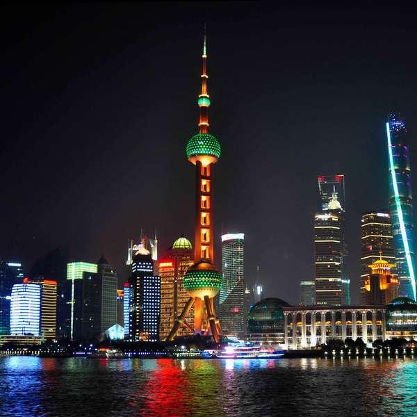 Vue nocturne de la skyline de Shanghaï et ses immeubles illuminés