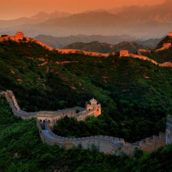 La muraille de Chine serpentant sur les collines dans la lumière de matin