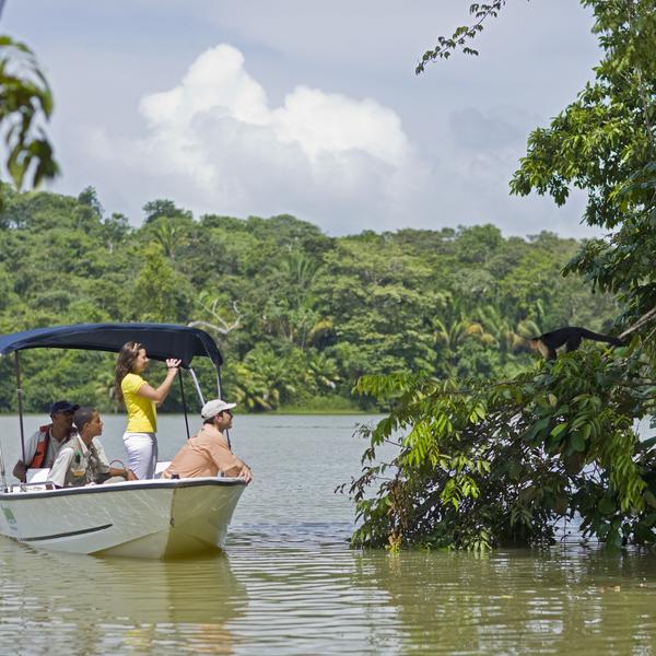 Voyageur à bord d'un bateau sur la lac Gatun