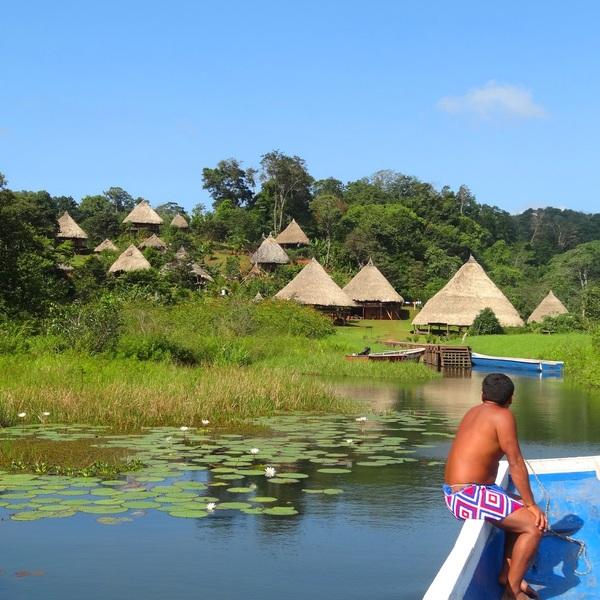 Un village de hutes embera au bord de l'eau
