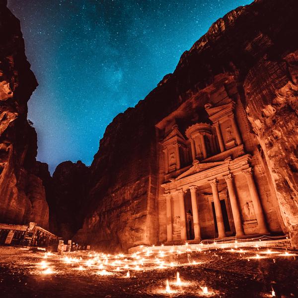 Petra bei Nacht.