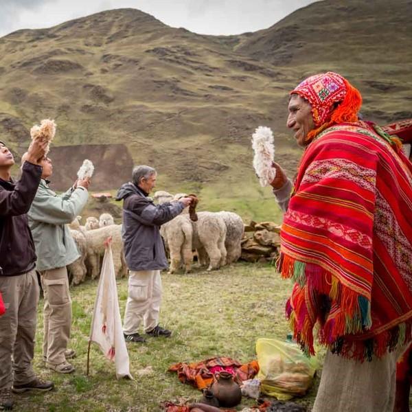 Groupe de voyageurs face à un Indien en costume traditionnel
