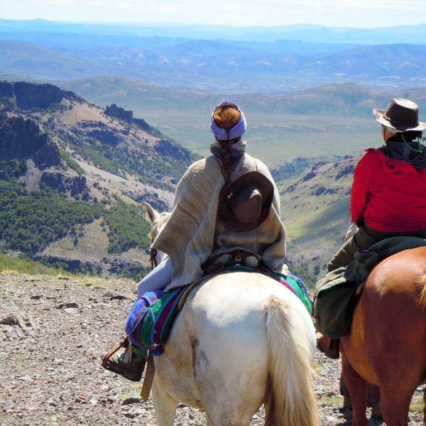 Cavaliers sur une hauteur face à la plaine