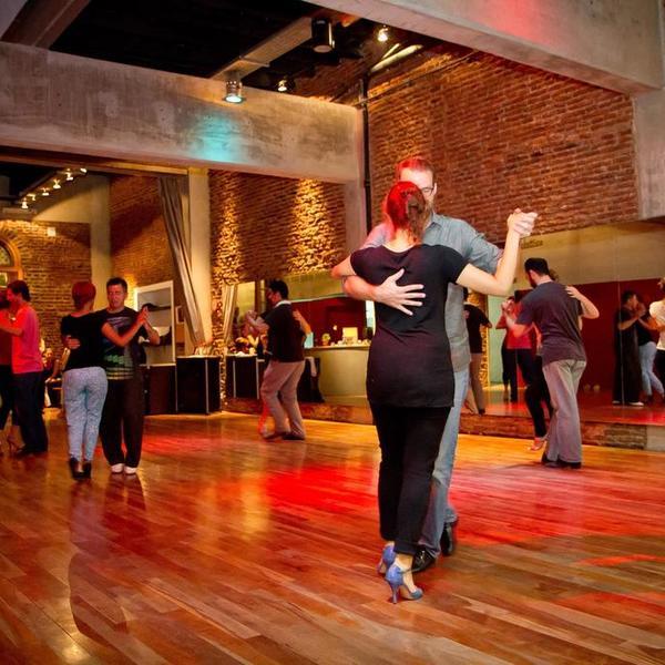 Danseurs de tango dans une salle de danse
