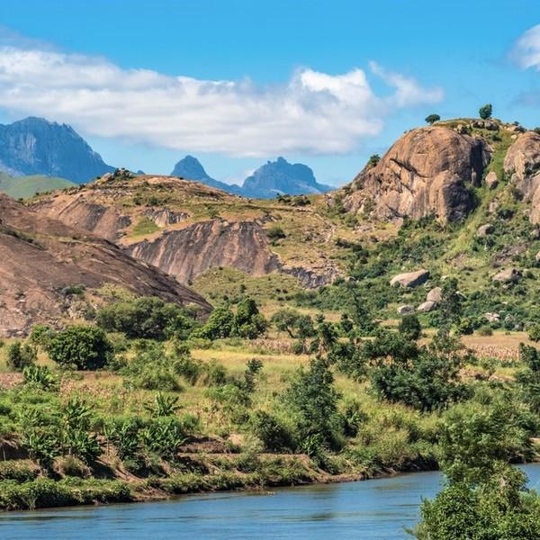 Das Bild zeigt Berge im Isalo-Nationalpark.