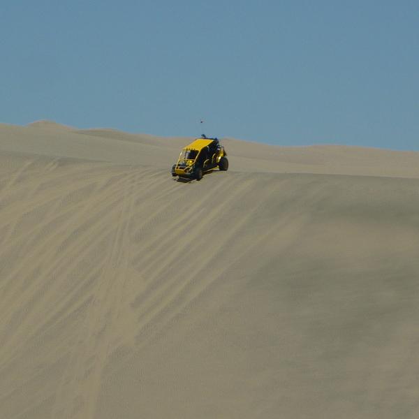 Buggy dévalant une dune de sable