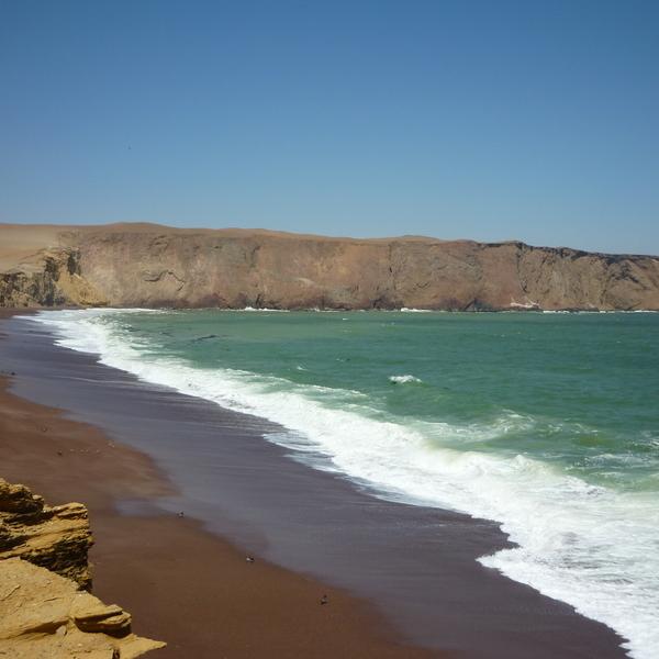 Grande plage bordée de falaises