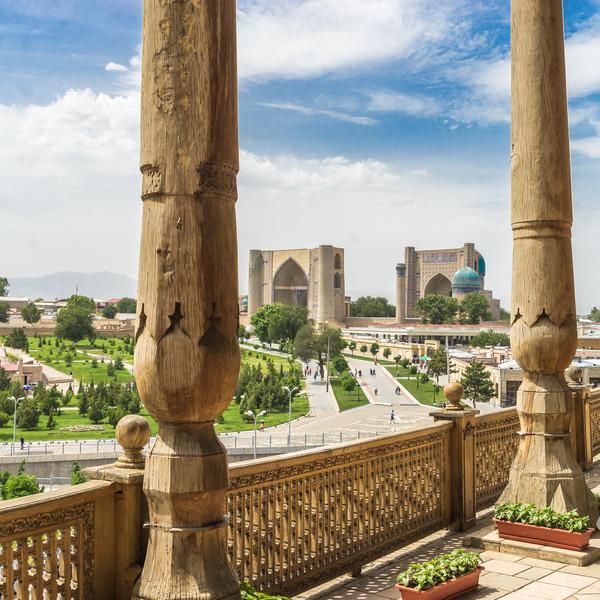 La mosquée Bibi-Khanym et son porche vue depuis une terrasse