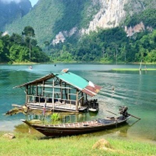 Le parc national de Khao Sok dans le sud de la Thaïlande et son lac aux rochers calcaires.