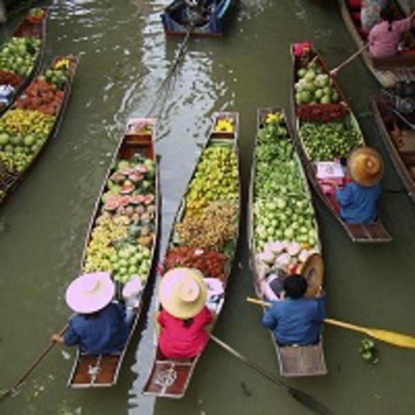 Barques de vendeurs de fruits