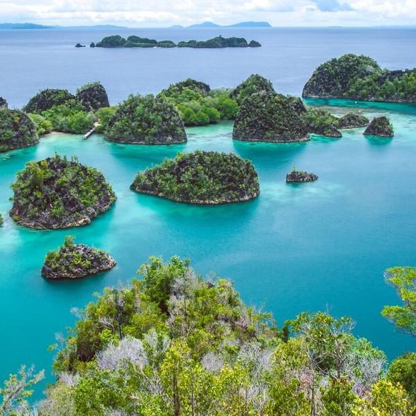 Groupe d'îlots entouré de mer turquoise