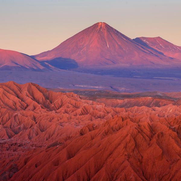 Das Bild zeigt eine Wüste und Berge.