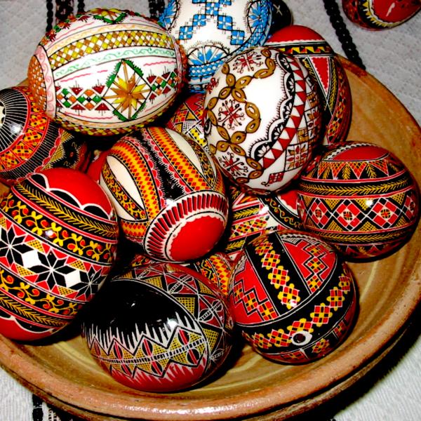 Plusieurs oeufs peints à la main typiques de l'artisanat traditionnel de la Bucovine