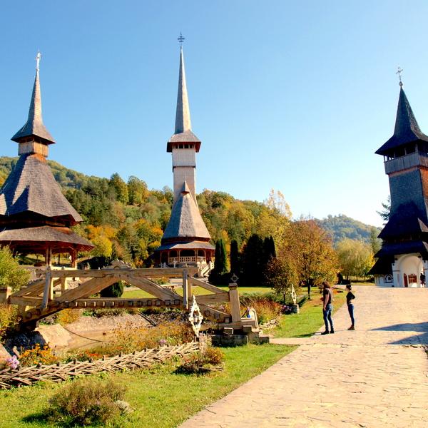 Ensemble de bâtiments coiffés de clochers pointus et de toitures ouvragées
