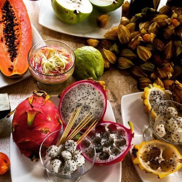 Table couverte de fruits tropicaux
