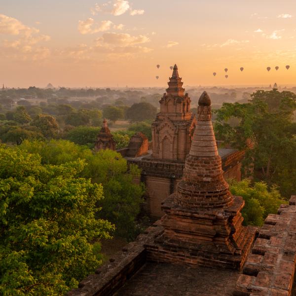 Das Bild zeigt einen Tempel und Ballons in Myanmar.