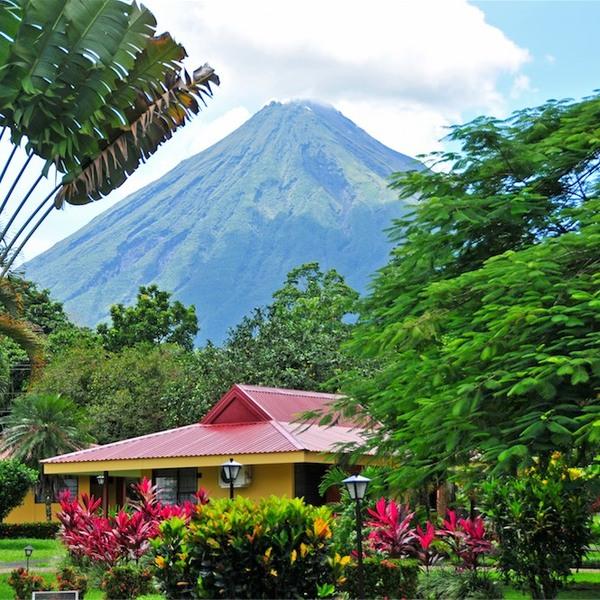 Vue sur le volcan Arenal depuis un jardin tropical