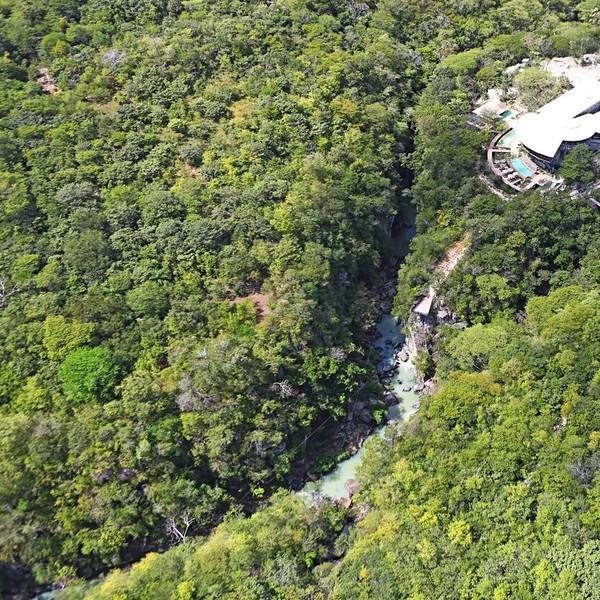 Vue aérienne sur le canyon de rio Perdido au milieu de la forêt