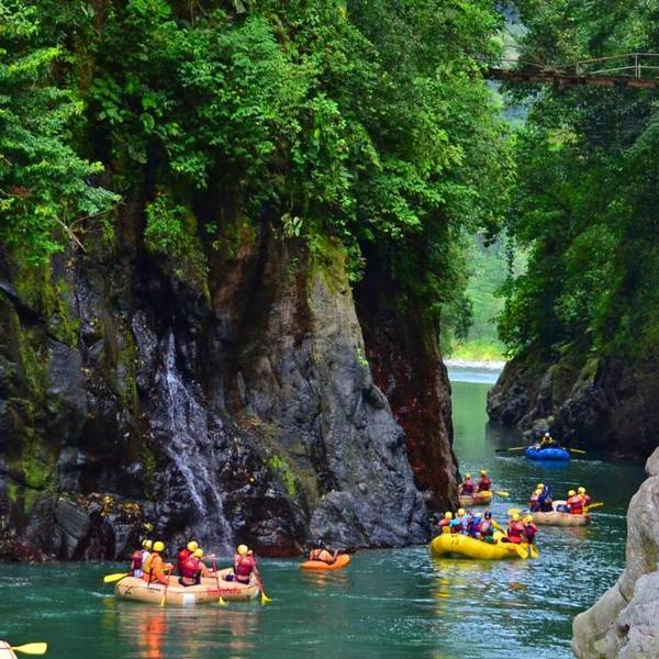Raftings et kayak navigant entre les falaises sur une rivière
