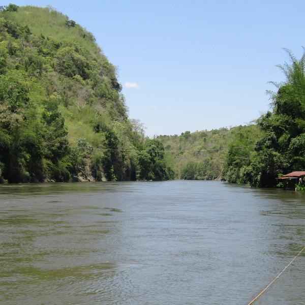 Vue de la rivière Kwaï bordée par la jungle