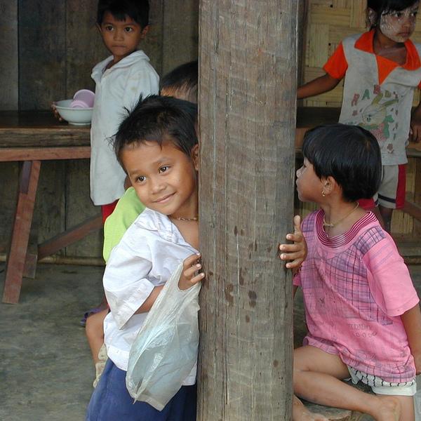 Enfants mons devant une maison