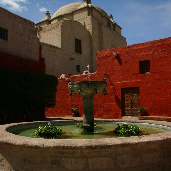Fontaine et bâtiments du couvent de Santa Catalina