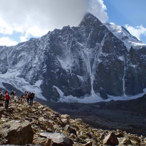 Les parois verticales du pic Aksu (5365 m)