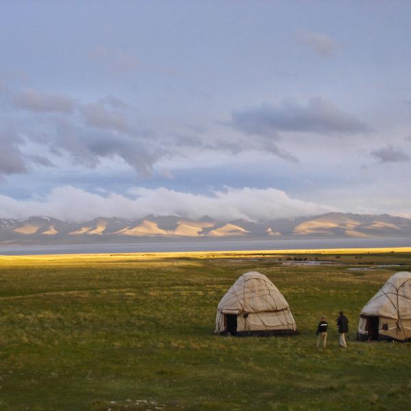 Yourtes kirghizes dans la steppe