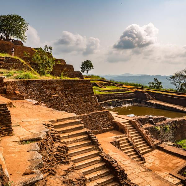 Das Bild zeigt die Treppen eines Tempel.