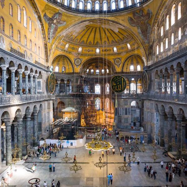 Santa Sofia: Il glorioso duomo dell'Impero Bizantino fu trasformato in una moschea dall'impero Ottomano. Attualmente è un museo.
