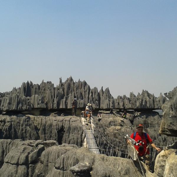 Des visiteurs sur les passerelles permettant de découvrir les dentelles de pierre des Tsingy