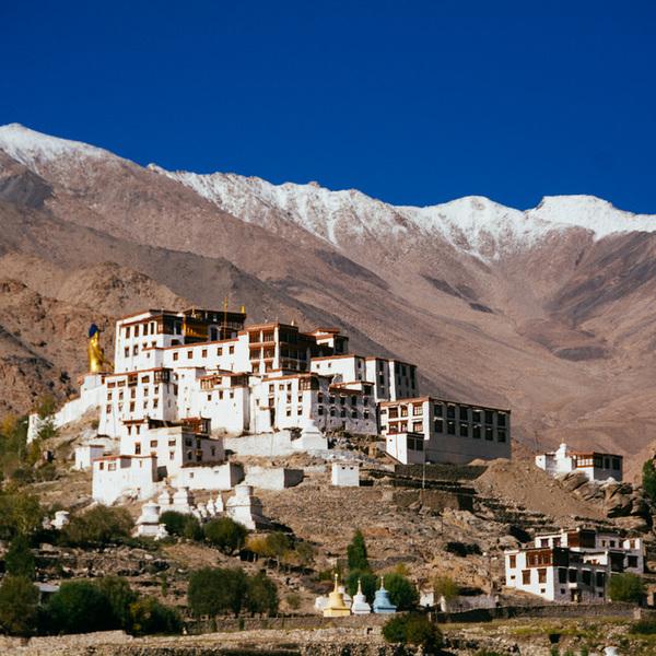 Monastère construit à flanc de montagne