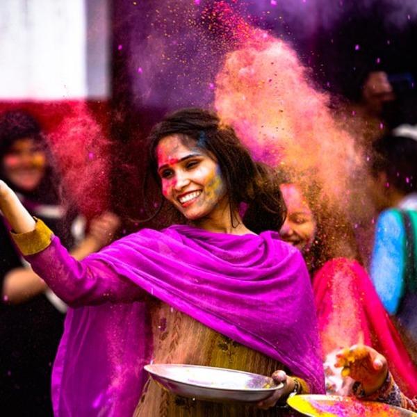 Une femme pendant la fête de Holi, fête des couleurs