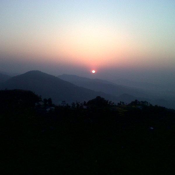 Soleil levant au-dessus des montagnes