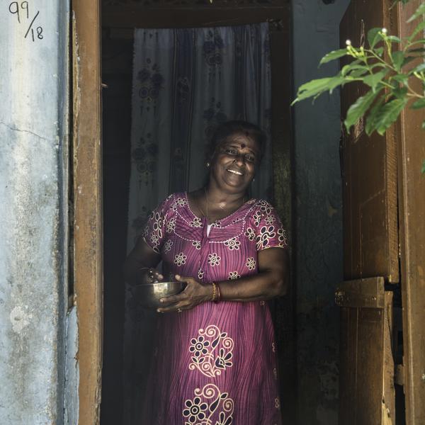 Une femme Sri-Lankaise en tenue traditionnelle
