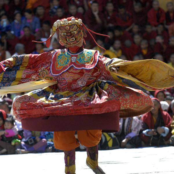 Danseur folklorique évoluant sur scène