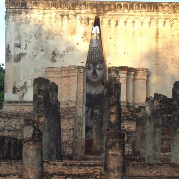 Lever de soleil sur Wat Sri Chum, l'un des nombreux temples de la cité historique de Sukhothaï