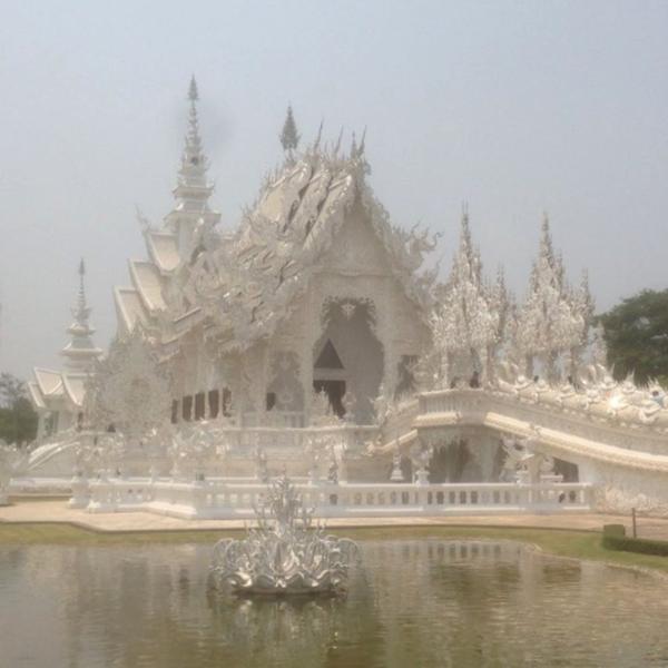 Vue du Wat Rong Khun, temple moderne entièrement blanc, entouré d'eau