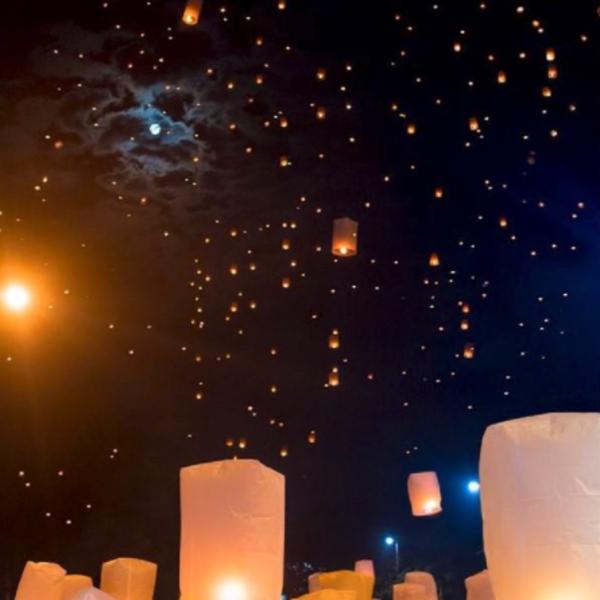 Envol des lanternes lors du festival de Loy Krathong à Chiang Maï