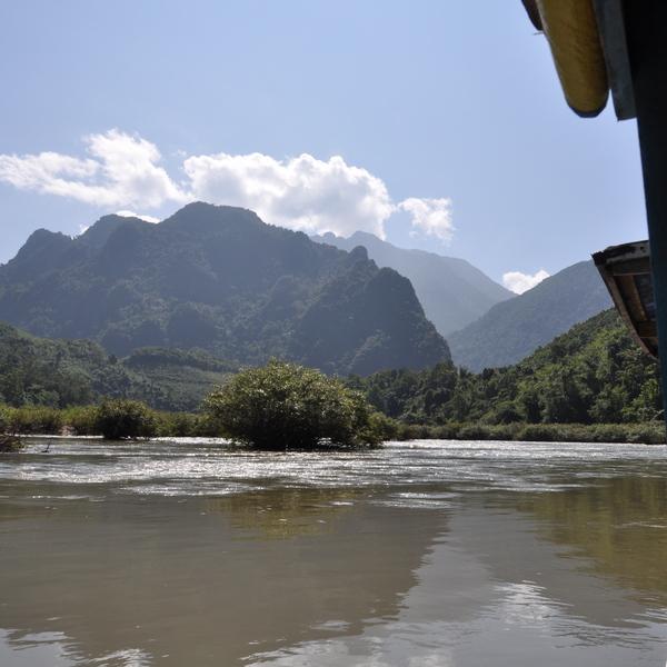 A bord d'un navire sur une rivière avec le relief des montagnes à l'horizon