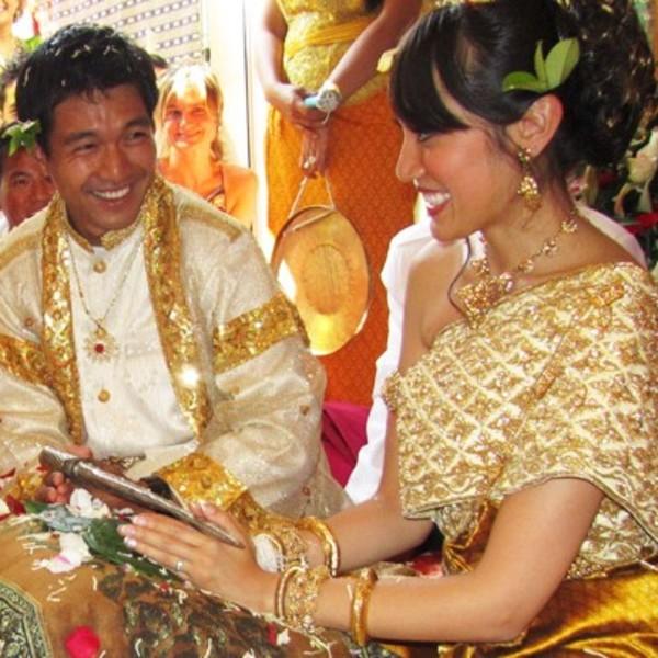 Couple de Cambodgiens en tenues traditionnelles lors d'un mariage khmer
