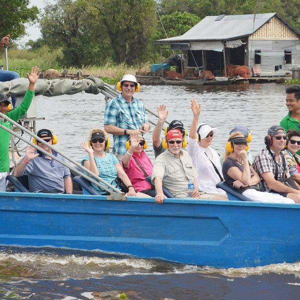 Bateau touristique partant en visite vers la réserve ornithologique de Prek Toal