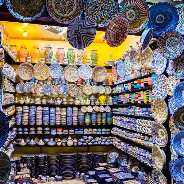 Das Bild zeigt bunte Teller und Gefäße in Fès.