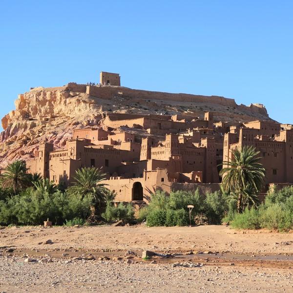 Das Bild zeigt eine Stadt in der Wüste.