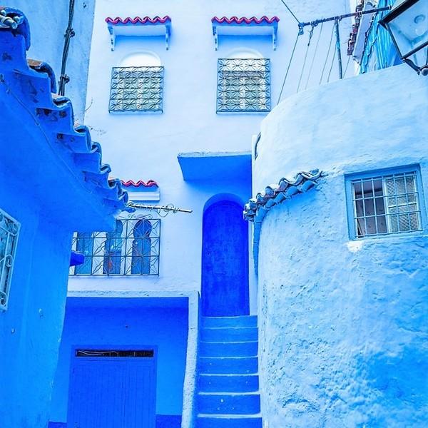 Das Bild zeigt blaue Gebäude in Chefchaouen.