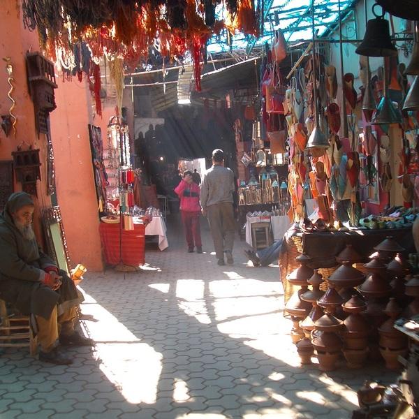 Vue d'une allée du souk de Marrakech
