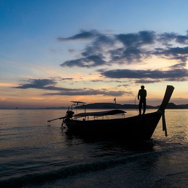 Bateau traditionnel au crépuscule à Krabi
