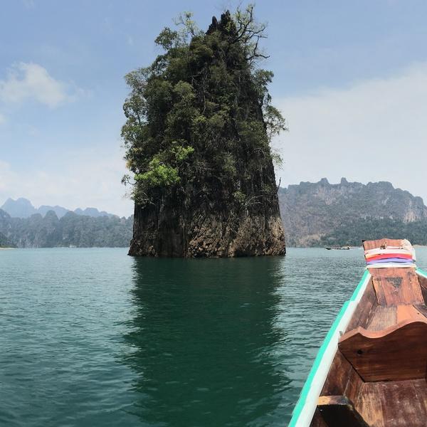 L'une des nombreuses formations karstiques du lac de Khao Sok vue d'un bateau traditionnel