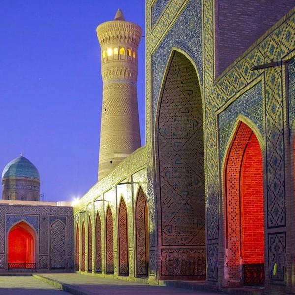 Vue de nuit des monuments religieux de Boukhara